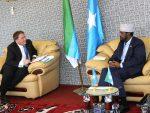 Sawirro: Madaxweynaha Jubaland oo Kismayo ku qaabilay Safiirka Dowlada Ingiriiska u fadhiya Soomaaliya BenFender